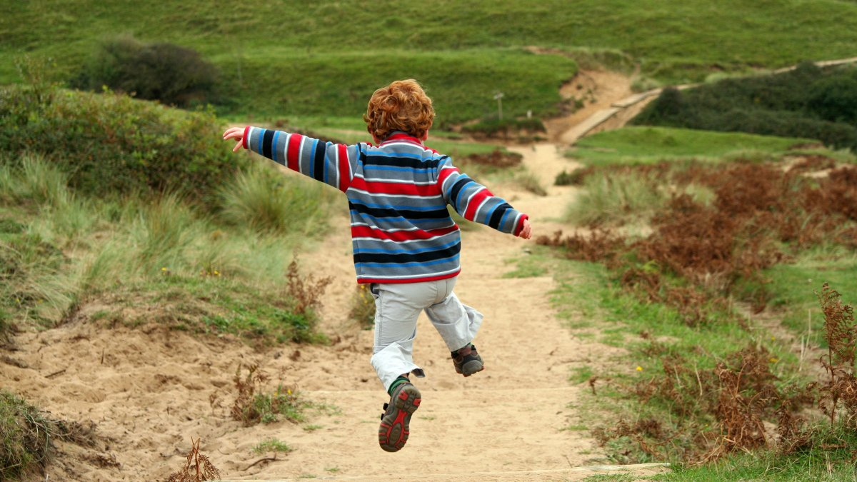 running-boy-trail-nature_h